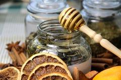 Vela, palillos de cinamomo y naranja seca Foto de archivo