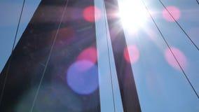 Vela preta que balança no vento contra o céu azul com sol brilhante filme