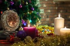 Vela, pulso de disparo velho e bolas do Natal com decoração do inverno fotografia de stock