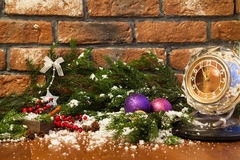 Vela, pulso de disparo velho e bolas do Natal com decoração do inverno foto de stock royalty free