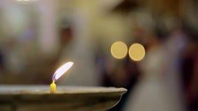 a vela queima-se na igreja O fundo traseiro é borrado filme
