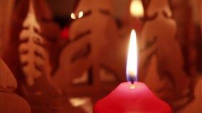 Vela roja ardiente con la llama silenciosa delante de una pirámide giratoria almacen de video