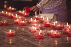 Vela roja ardiente de la flor en la capilla china para hacer mérito adentro Fotos de archivo