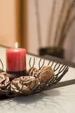 Vela roja ardiente en los sostenedores de cristal Imagen de archivo libre de regalías