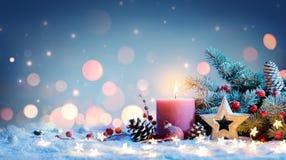 Vela roja con la decoración de la Navidad imagen de archivo