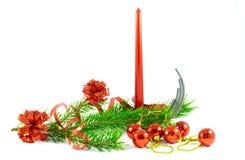 Vela roja con la rama del pino y las decoraciones del árbol de navidad Imágenes de archivo libres de regalías
