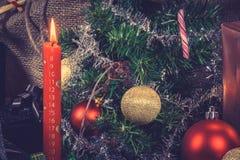 Vela roja de la Navidad con un calendario Imagen de archivo