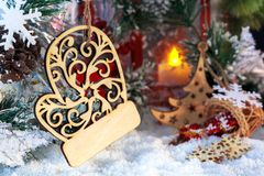 Vela roja de la Navidad en el fondo de decoraciones del ` s del Año Nuevo y de una campana Fotos de archivo