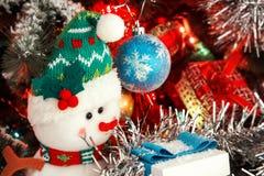 Vela roja de la Navidad en el fondo de decoraciones del ` s del Año Nuevo y de una campana Fotos de archivo libres de regalías