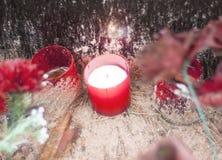 Vela roja que se coloca en la acera del cementerio - un símbolo de la memoria Fotografía de archivo