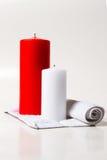 Vela roja y blanca encendido Fotografía de archivo libre de regalías