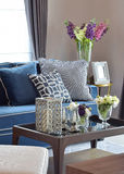 A vela romântica ajustou-se com o sofá clássico moderno bege e azul na sala de visitas Fotos de Stock