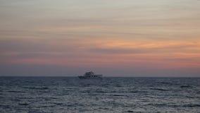 Vela só do navio pelo mar Mediterrâneo infinito rippling em nivelar o tempo que complementa a paisagem maravilhosa vídeos de arquivo