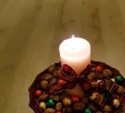 A vela tem um laço vermelho e verde imagens de stock royalty free