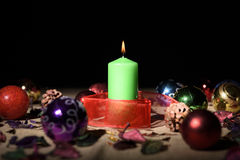 Vela verde com decoração do Natal Imagem de Stock
