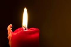 Vela vermelha com flama Fotografia de Stock