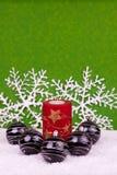 Vela y bolas de la Navidad Fotos de archivo
