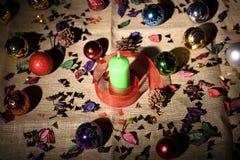 Vela y chucherías verdes de la Navidad Fotos de archivo libres de regalías