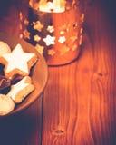 Vela y dulces de la Navidad Foto de archivo
