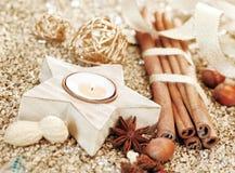 Vela y especias de la estrella de la Navidad Imagen de archivo libre de regalías
