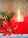 Vela y nieve rojas del advenimiento Imagen de archivo libre de regalías