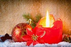 Vela y nieve rojas del advenimiento Fotografía de archivo libre de regalías