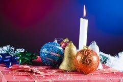 Vela y ornamentos de la Navidad Foto de archivo libre de regalías