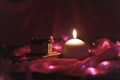 Vela y presentes del Año Nuevo Fotos de archivo libres de regalías