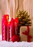 Vela y regalo rojos del advenimiento Fotografía de archivo libre de regalías