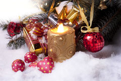 Vela y regalos festivos blancos del oro Foto de archivo