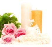vela y rosas blancas Foto de archivo