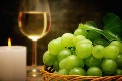 Vela y uvas del vino Imagenes de archivo