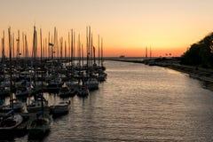 A vela yachts amarrado e um navio no horizonte imagens de stock royalty free