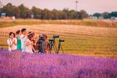 Velansole, Francia: 07 02 2018 - Fotógrafos con los trípodes y las cámaras profesionales que toman imágenes en la luz de la puest imagen de archivo libre de regalías