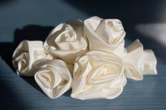 Velare dell'aggiunta degli accessori di cerimonia nuziale - rose Fotografia Stock Libera da Diritti