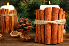 Velas adornadas con el canela, composición de la Navidad Fotos de archivo