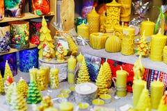 Velas adornadas exhibidas para la venta en el mercado de la Navidad de Riga Imagenes de archivo