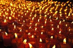 Velas afortunadas vermelhas para orações foto de stock