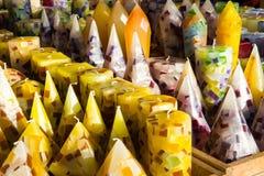 Velas amarelas coloridas sortidos da cera em uma loja Foto de Stock