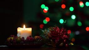 Velas amarelas do Natal no fundo da ?rvore de Natal na escurid video estoque