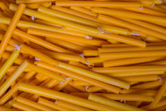 Velas amarelas para a cerimônia religiosa, luz da vela Foto de Stock Royalty Free