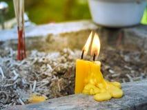 Velas amarelas que queimam-se no templo Velas flamejantes Imagens de Stock