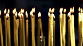Velas amarelas que se queima na igreja Fundo video estoque