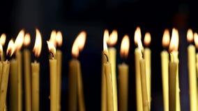 Velas amarelas que se queima na igreja Fundo filme