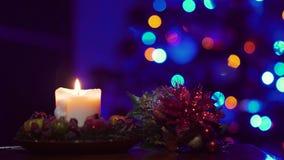 Velas amarillas de la Navidad en fondo del árbol de navidad en oscuridad metrajes