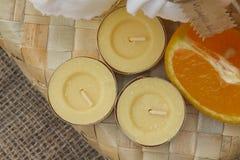 Velas anaranjadas de la fragancia imagen de archivo