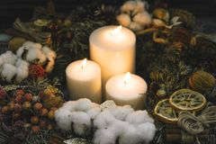 Velas ardentes brancas em uma grinalda do Natal Imagem de Stock Royalty Free