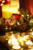Velas ardentes com grinalda e Santa do Natal Foto de Stock