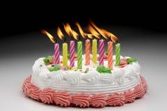 Velas ardentes do aniversário fotografia de stock