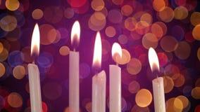 Velas ardentes e luzes borradas no fundo Fotografia de Stock Royalty Free